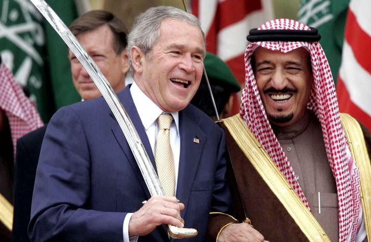 George W. Bush, una espada y el Ministro de Defensa de Arabia Saudí