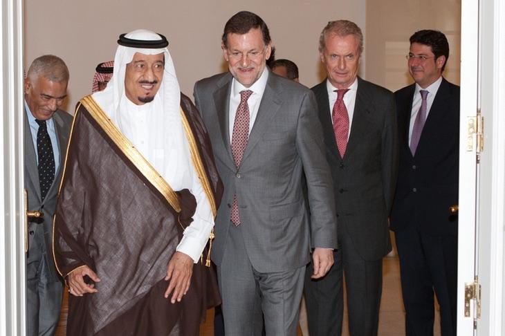 Mariano Rajoy bromea con el Ministro de Defensa de Arabia Saudí