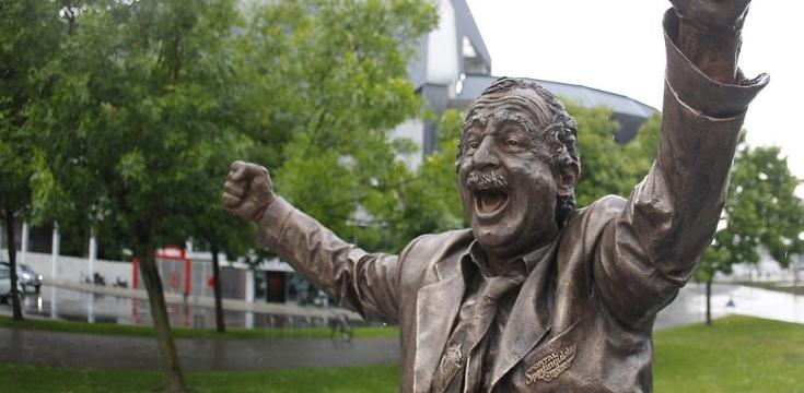 Queremos a Eloy en una estatua al lado de Manolo