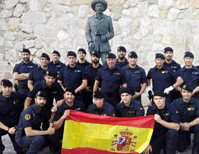 22 guardias civiles posan frente a una estatua de Franco
