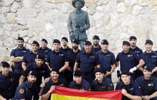 22 guardias civiles posan frente a una estatua de Franco