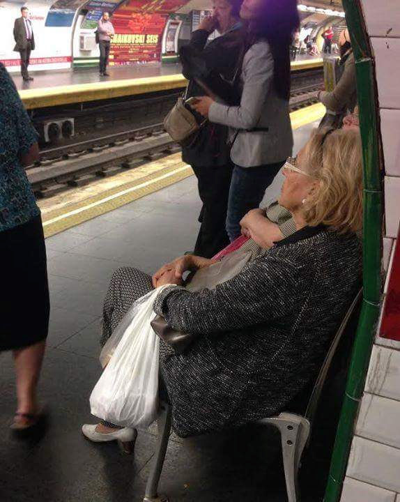 Manuela Carmena espera al metro. Foto: @eroigbelloch