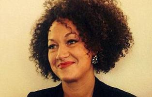 Una mujer se hace pasar por negra hasta que sus padres biológicos lo desmienten