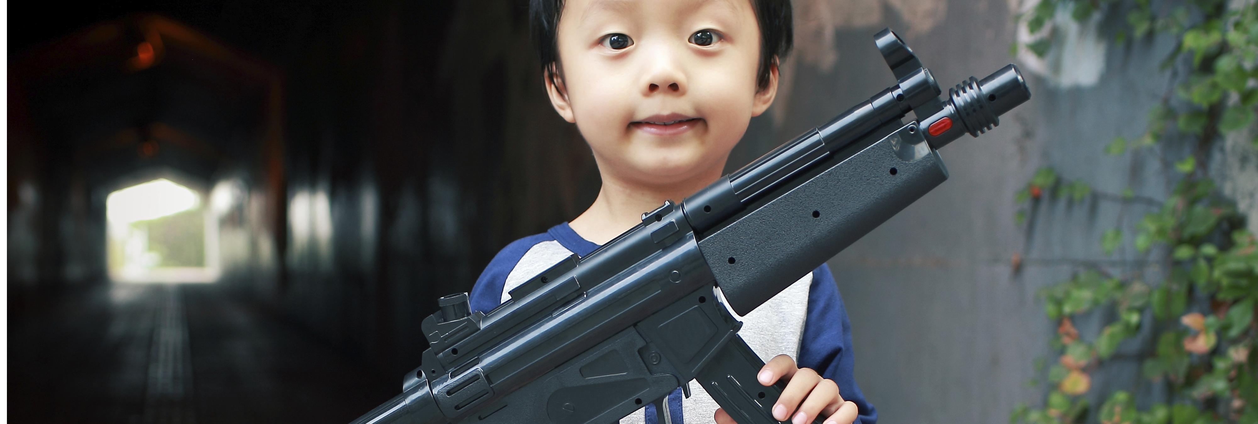 Pánico en Madrid con una guardia civil disfrazada y su fusil de juguete