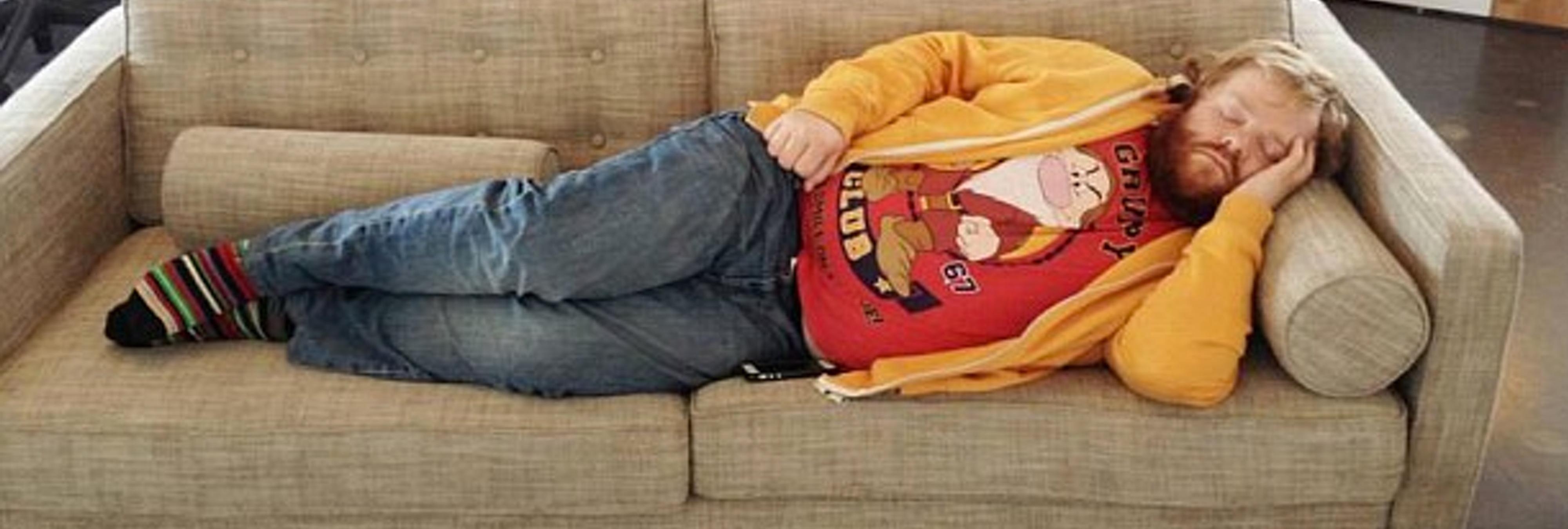 La siesta más famosa: fotografía a su compañero mientras dormía y lo convierte en memes virales