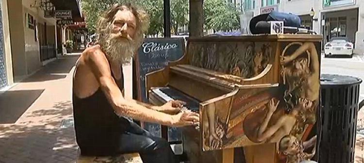 Donald Gould se ha convertido en una estrella de la red por sus conciertos de piano en la calle
