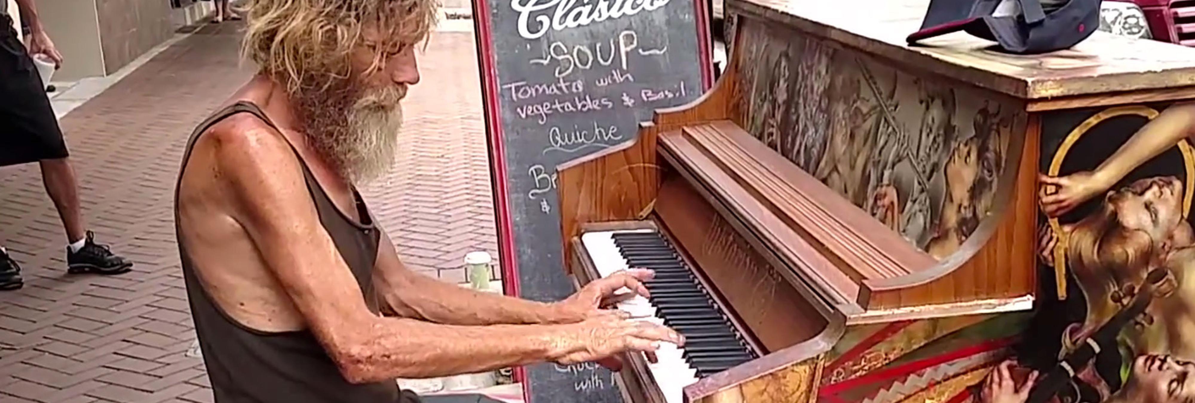 Un sintecho viudo se gana el corazón de millones de personas por sus habilidades con el piano