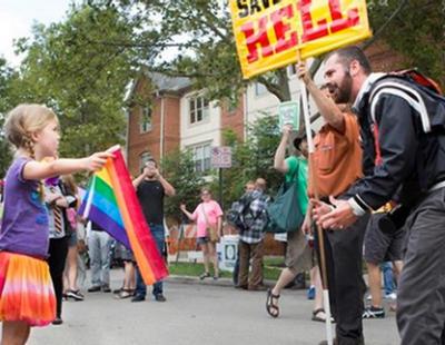 """Una niña de siete años planta cara a un predicador """"homófobo"""" en Ohio"""