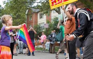 """Una niña de siete años planta cara a un predicador \""""homófobo\"""" en Ohio"""