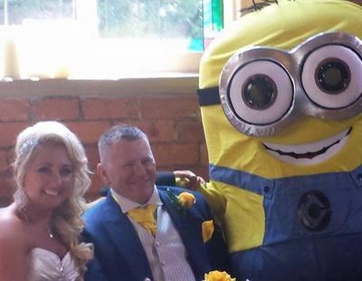 Una pareja celebra una boda temática de Los Minions