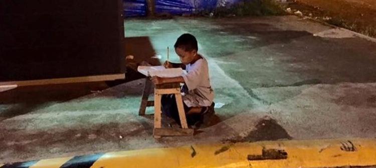 Daniel Cabrera estudia por las noches a la luz de un McDonalds
