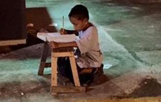 """El niño que estudiaba en la calle a la luz de un McDonalds: """"Quiero alcanzar mis sueños"""""""