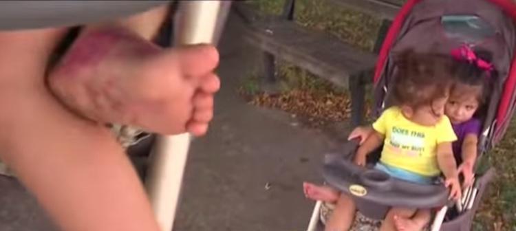 Las hijas de la mujer andaban descalzas por el aparcamiento