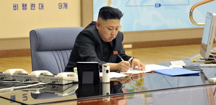Kim Jong-Un firma unos papeles