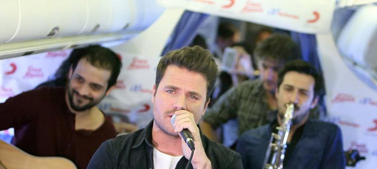 Dani Martin se subió a un avión para ofrecer un pequeño acústico (Foto: Revista Love)