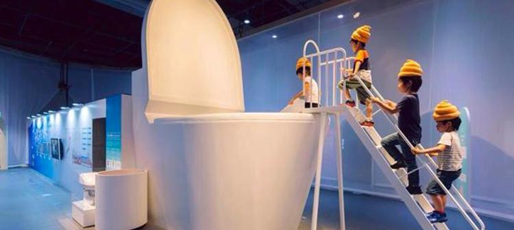 Varios niños se disponen a tirarse del tobogán del gran baño