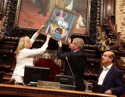 Los mejores memes del retrato de Felipe VI en el pleno de Barcelona