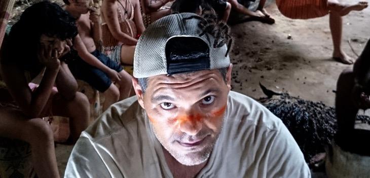 Frank Cuesta con una tarántula en la cabeza