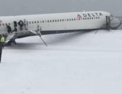 La impresionante salida de pista de un avión de Delta en Nueva York por la nieve