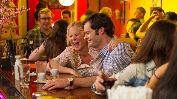 Amy Schumer y Bill Hader se ríen de la monogamiaen 'Y de repente tú'