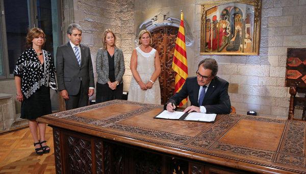 Artur Mas firma el decreto para convocar elecciones el 27-S. Fuente: La Vanguardia.