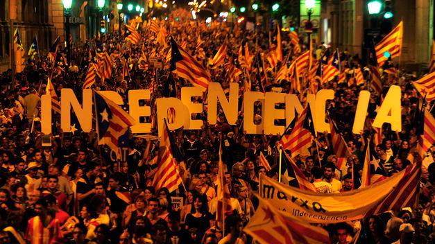 Manifestantes a favor de la independencia en la Diada Nacional de Cataluña