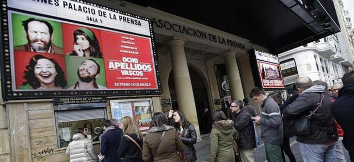 Largas filas en el cine para ver '8 Apellidos Vascos'