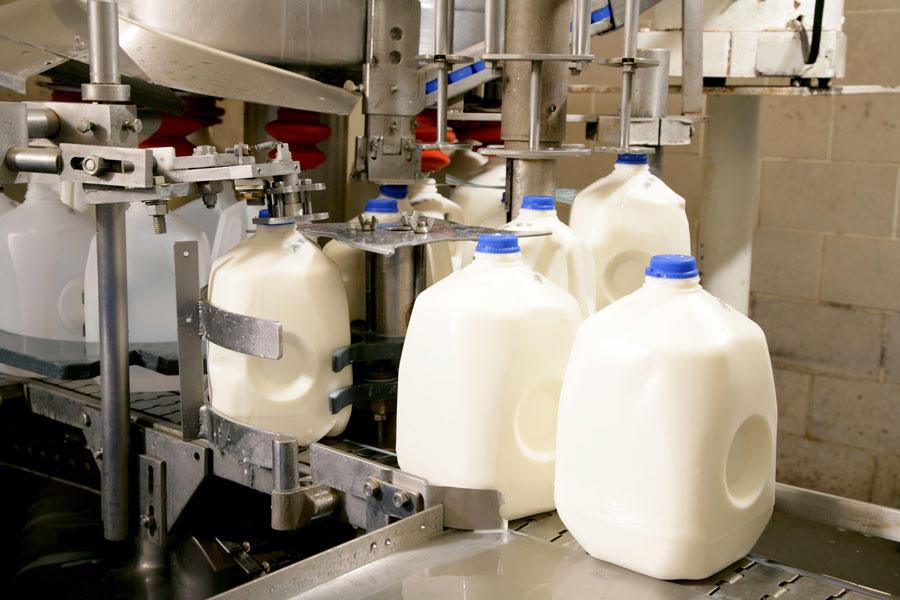 Botellas de polietileno conteniendo leche