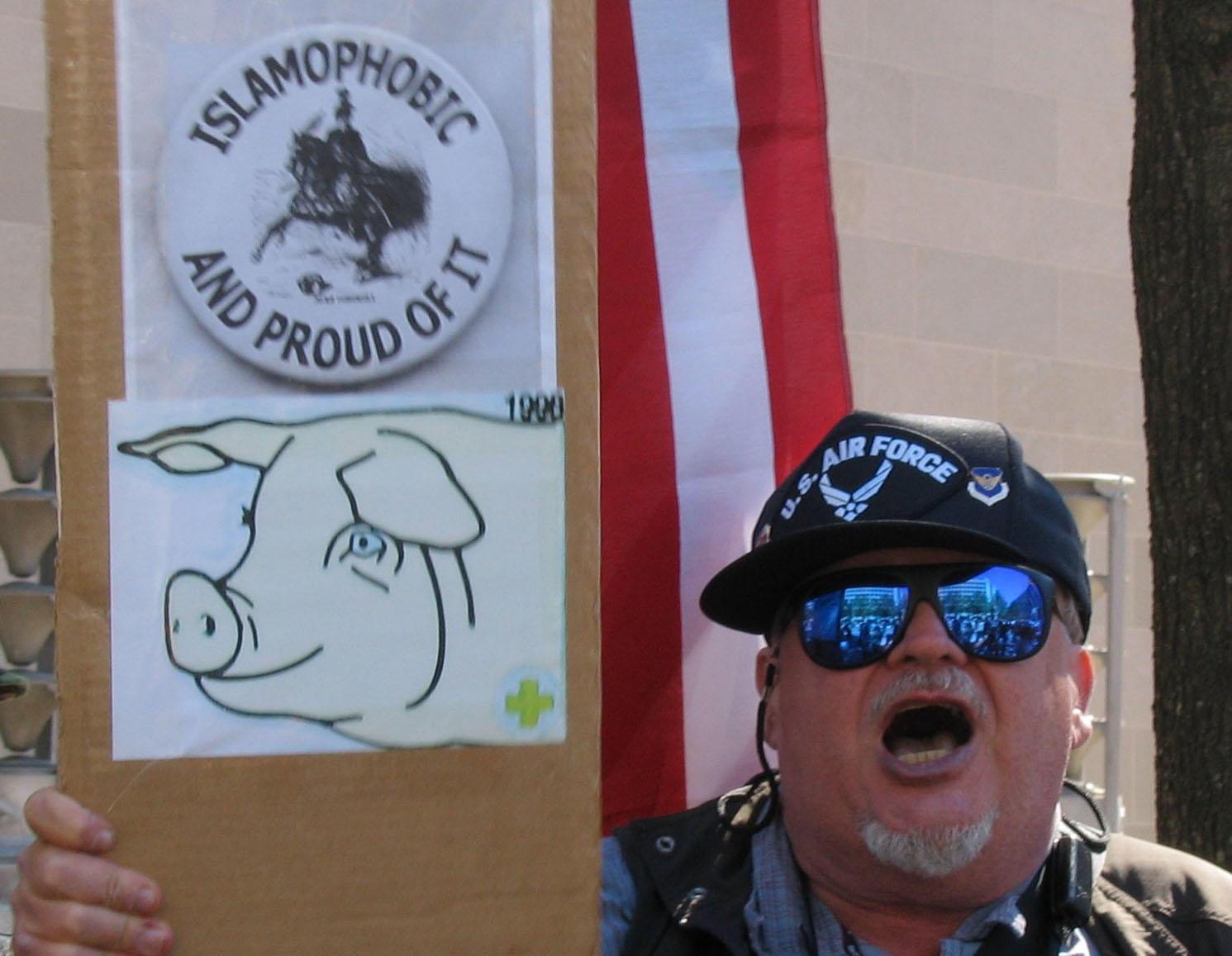 Islamófobo estadounidense. Lo del cerdo no lo entiendo