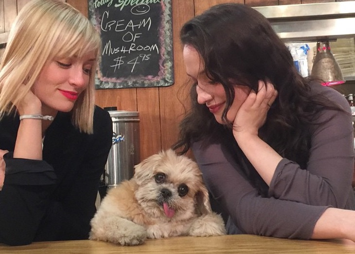 Beth Behrs y Kat Denings con Marnie the dog