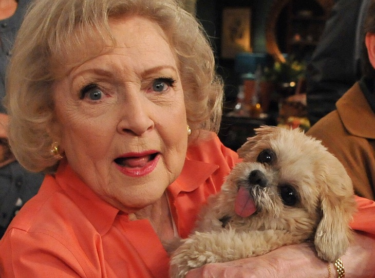 Betty White y Marnie the dog