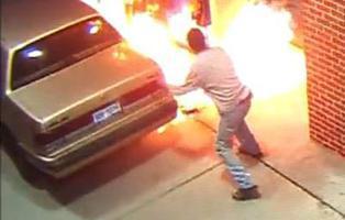 Un hombre incendia una gasolinera al matar una araña con un mechero