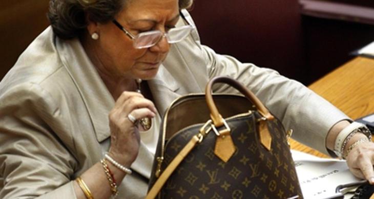 Rita Barberá y su bolso absolutamente habitual (Fuente: El País)