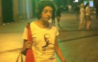 Dos jóvenes negros se enfrentan a dos señoras franquistas