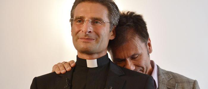 Krzysztof Olaf Charamsa y su pareja