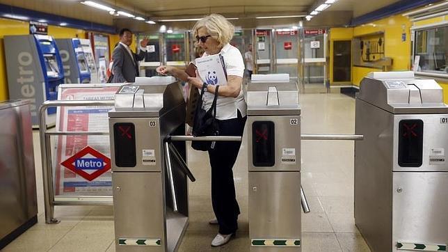 Manuela Carmena accediendo al metro de Madrid