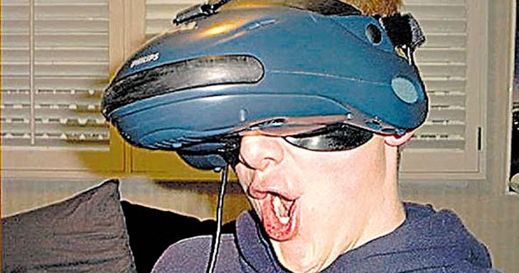 Está claro qué es lo más feo en este casco: el tío que lo pone