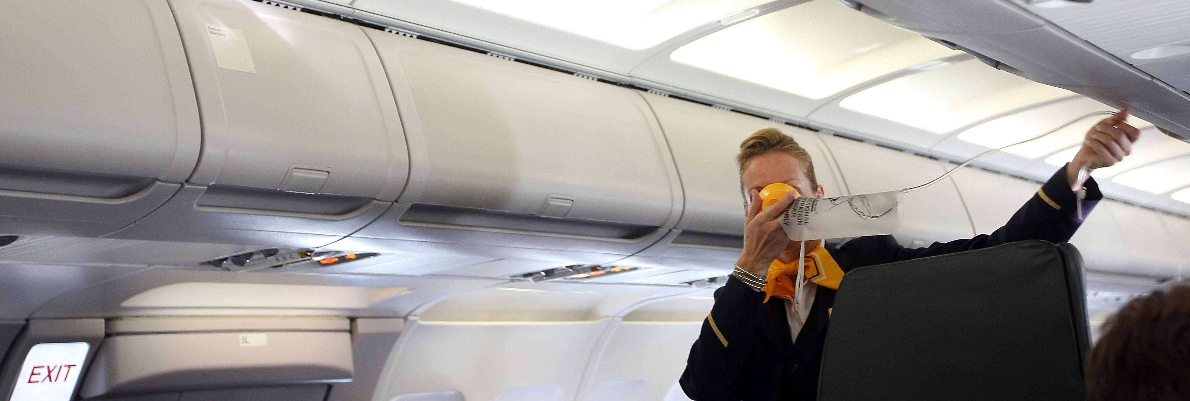 Azafatas chinas obligadas a meterse en los compartimentos de equipaje