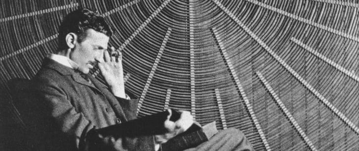 Tesla haciendo números con la factura de la luz