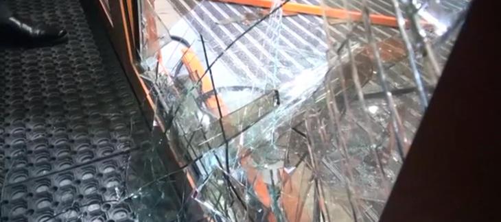 El oso destrozó la puerta para irrumpir en el centro comercial (Fuente: BBC)