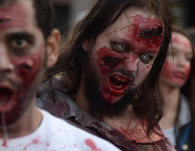 ¿\'The Walking Dead\'? Un hombre muere en un avión tras morder a otro pasajero