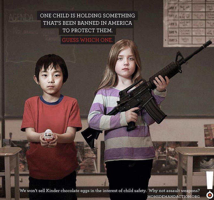Uno de los niños sostiene algo que está prohibido en EEUU para protegerlo. Adivina cuál