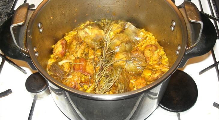 Paella cocinada en una olla