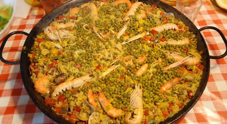 Paella con miles de guisantes