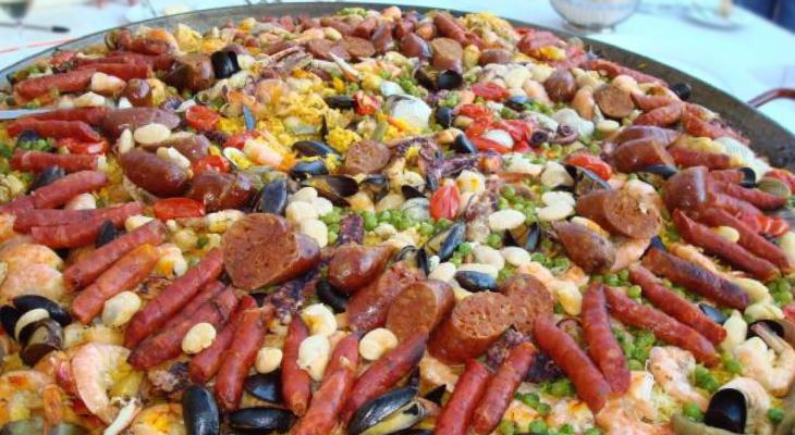 Paella con chorizo y embutidos varios
