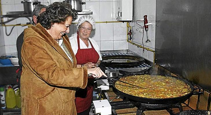 Rita Barberá removiendo la paella