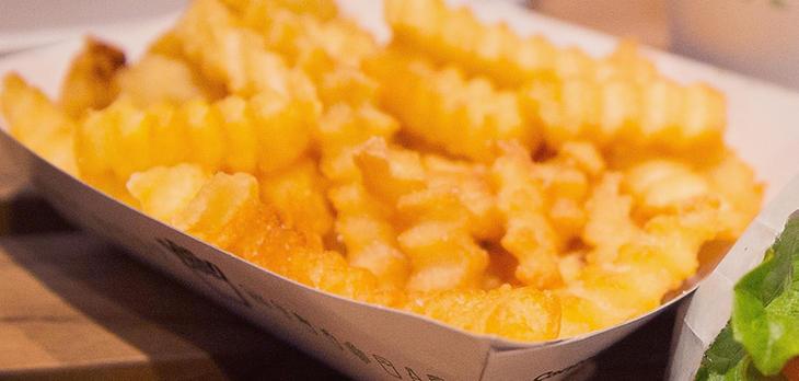 Freír patatas a más de 180º C es peligroso
