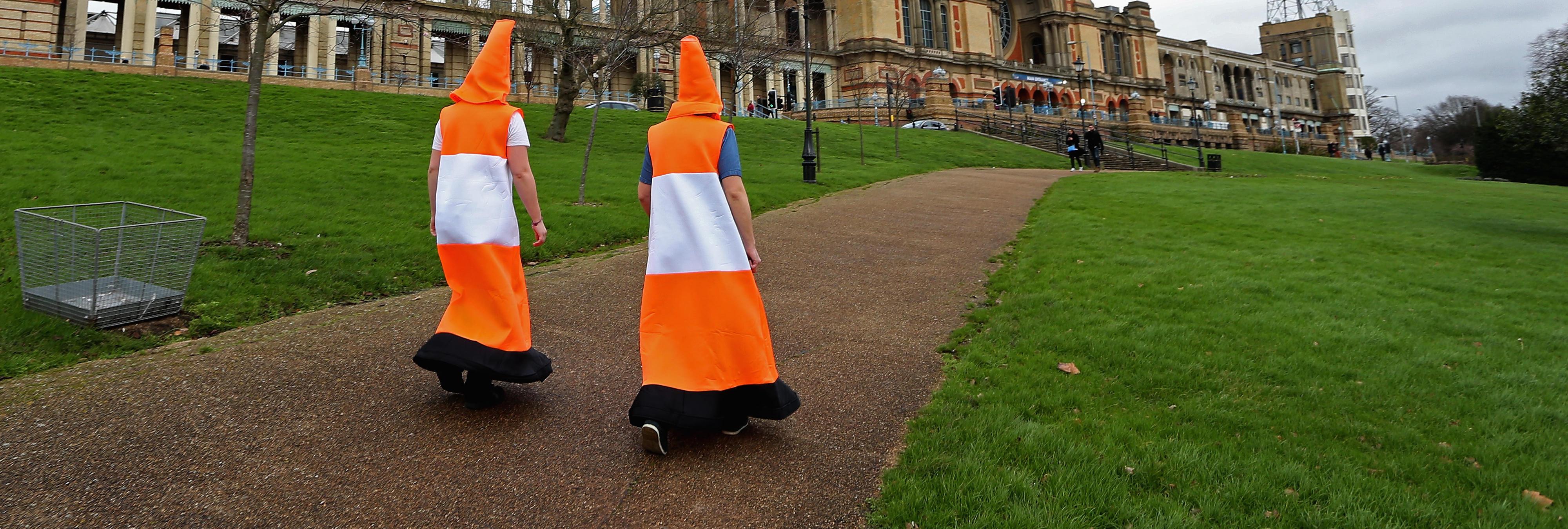 Un grupo disfrazado de conos detiene el tráfico de Londres