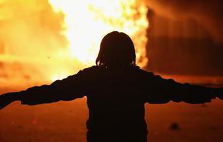 Mujer muere quemada \'alimentando las llamas\' de la combustión espontánea humana