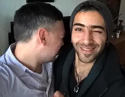 Una pareja gay alemana desmonta la mala imagen de los refugiados musulmanes